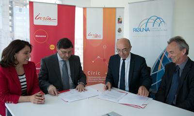 Paola Arellano, directora ejecutiva de REUNA; José Palacios, presidente del directorio de REUNA; Michel Cosnard, presidente de Inria; y Claude Puech, director ejecutivo de Inria Chile, firmaron el acuerdo de colaboración.